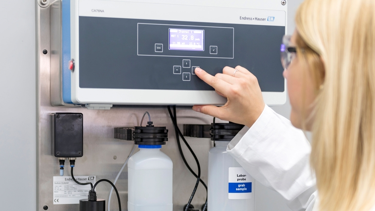 Easy commissioning of the CA76NA sodium analyzer